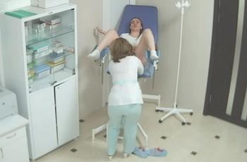 Девушка посещает гинеколога для взятия мазка
