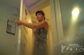 Девушка в комбинезоне сексуально писает в туалете
