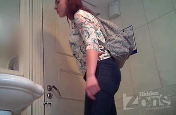 Девушка заглянула в туалет поссать и напоролась на камеру
