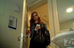 Камера в дамском туалете скрытно снимает писающую тёлку
