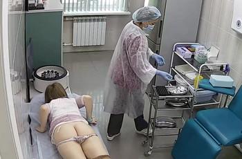 Медсестра делает женщине укол в попу