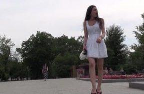 Парень остановил красотку на улице и посмотрел под платье