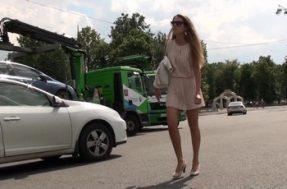 Подглядывание девушке под платье
