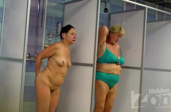 Пожилые женщины в общественном душе
