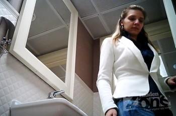 Секретная камера в туалете следит за очередной красоткой