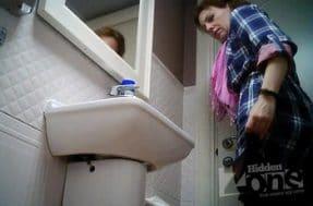 Шпионская камера в туалете снимает зрелую бабу