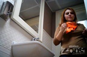 Скрытка в туалете отсняла в меру упитанную девушку