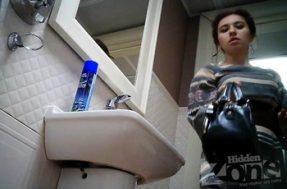 Стройная цыганочка писает в туалете