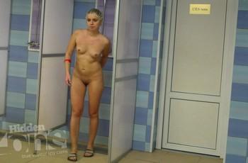 В душе выследили и сняли камерой голую женщину