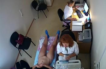 В кабинете узи камера снимает женщину без трусов