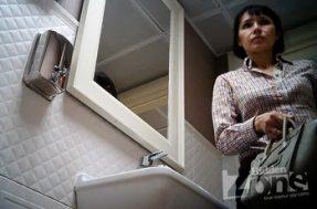 В туалете затеяли скрытую съёмку немолодой женщины