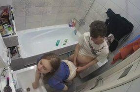 В ванной комнате скрытая камера сняла секс сестры
