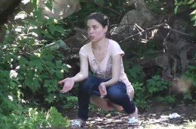 Женщины писают в укромных уголках парка