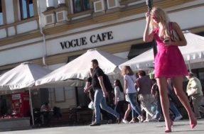 Блондинка заметила что ее снимают под платьем