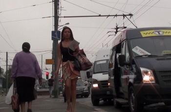 Девушка на улице не замечает камеры под своей юбкой