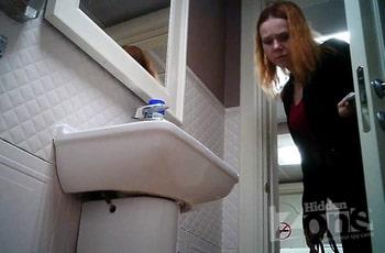 Извращенец снял на камеру поход девушки в туалет