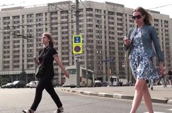 На улице взрослой девушке заглядывают под платье