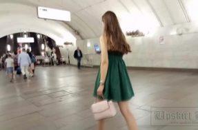 Парень заглядывает под платье девушки в белых трусиках