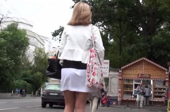 Подсмотрел под юбку женщине и увидел кружевные трусики