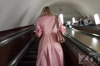 Розовые трусики под платьем пассажирки метро