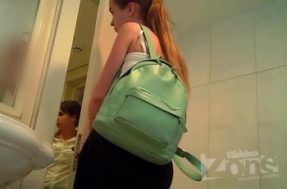 Скрытая камера туалета показала русскую девчонку