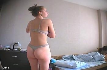 Скрытая камера в съемной квартире следит за постоялицей
