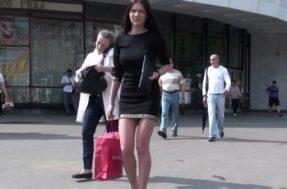 Скрытая съёмка под платьем девушки в тонких трусиках