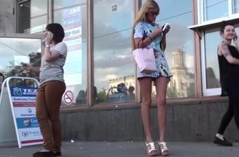 Скрытое видео под платьем длинноногой модели