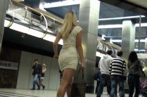 Снимает камерой трусики под платьем горячей блондинки