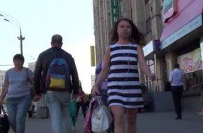 Тип подглядывает на улице под платье офисной работницы