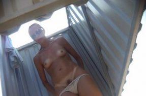 В пляжной кабинке стройная дама разделась догола