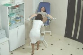Врач гинеколог берет у девушки анализ