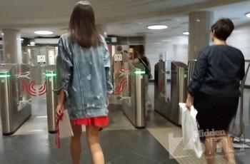 Взрослый мужчина лезет рукой под юбку молодой девушки