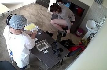 Гинекологическая процедура снимается скрытой камерой