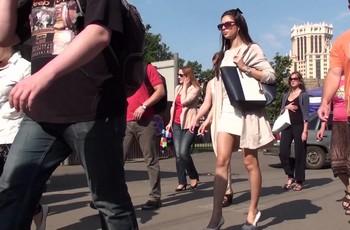 На улице камера снимает под платьем женщины