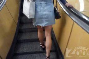Подглядывание под юбку девушке в чёрных трусиках
