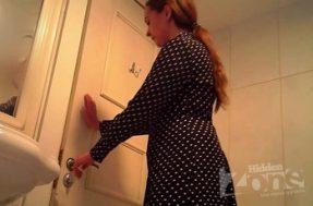 Симпатичная барышня сняла трусы и поссала в туалете