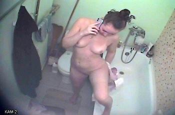 Скрытая камера шпионит за голой квартиранткой