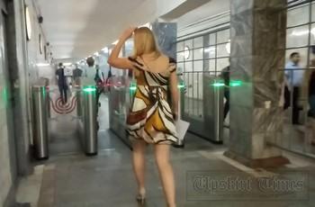 Женщина без трусов под платьем
