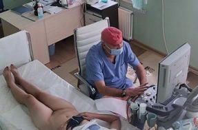 Для обследования гинеколог заставил женщину раздеться