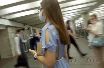 Парень поднимает платье девушке на эскалаторе