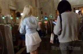 Заглядывание под юбку девушки в прозрачных стрингах